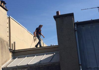 Yves Kervazo la parisienne de ramonage marchant sur un toit de Paris