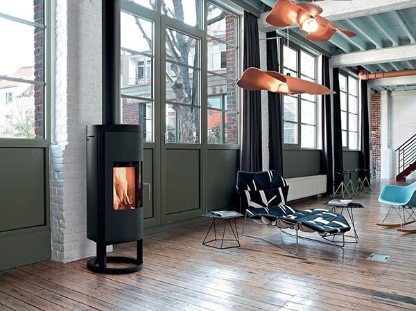 Photo d'un loft avec un poêle à bois en fonctionnement par la parisienne de ramonage